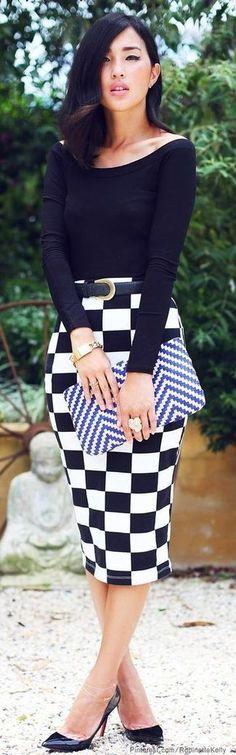 Look de moda: Camiseta de Manga Larga Negra, Falda Lápiz a Cuadros Blanca y Negra, Zapatos de Tacón de Cuero Negros, Cartera Sobre de Cuero de Espiguilla Blanca y Azul