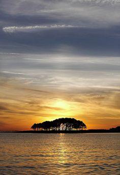 Cette sublime photo donne un aperçu du Locmariaquer en Bretagne dans le Golfe du Morbihan. Un coucher de soleil comme celui-ci ne vous donne t'il pas envie de faire un tour par la Bretagne ? #Morbihan #Locmariaquer
