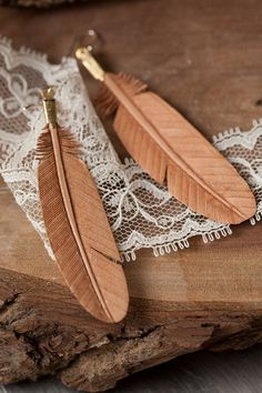 Earrings Feather leather feather earrings-SR - These beautifully hand carved leather feathers are natural and neutral - easy to match, wonderful to wear. Wooden Jewelry, Resin Jewelry, Leather Jewelry, Leather Craft, Wood Carving Patterns, Carving Designs, Feather Template, Wooden Feather, Dremel Carving