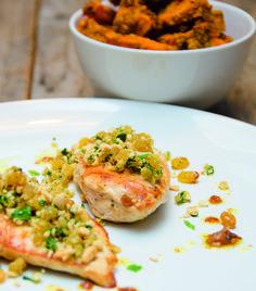 Paleo Pouletbrust mit Rosinengremolata und Curry-Süsskartoffeln vidiskochtuete.ch Paleo, Salmon Burgers, Curry, Ethnic Recipes, Food, Cooking, Essen, Curries, Beach Wrap