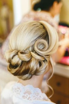 Retro Hairstyles These Retro Wedding Hair Ideas Are To-Die-For - Utterly Chic Vintage Wedding Hairstyles - Photos - These retro wedding hair ideas are sure to bring out the classic romantic in you. Rustic Wedding Hairstyles, Wedding Hairstyles For Long Hair, Wedding Hair And Makeup, Wedding Updo, 50s Wedding Hair, Bridesmaid Hair Vintage, Bridesmaids, Classic Wedding Hair, Bridesmaid Hairstyles