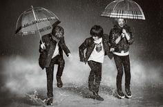 Chuva - rain - lluvia - chovendo - raining - lloviendo - temporal - tempestade - storm - tormenta - dias - days - día - frio - cold - chuvoso - rainy - lluvioso - água - water - gotas - drops - Burberry - moda - fashion - look - estilo - style - elegante - elegant - casual - casaco - coat - jeans - menino - garoto - boy - niño - menina - girl – chica – criança – child – niño – guarda chuva - umbrella – paraguas - brincando – playing – jugando - divertindo-se - having fun – divertirse