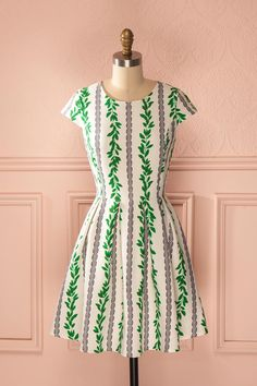 Vos sandales foulant les sentiers de la campagne grecque, vous savourerez chaque seconde. Your sandals treading the paths of the Greek countryside, you will enjoy every second. White green and navy vine print dress www.1861.ca