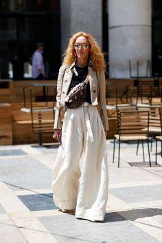 Móda z ulic Paříže  K vidění jsou odhalená záda i pánské prvky - Žena. eed86e680c