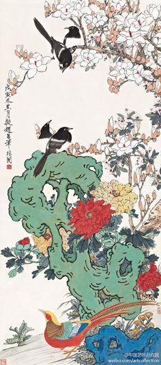 【 于非闇 《四喜图》】轴,纸本设色,150×66.5cm,1938年作。此图描绘春日的园林一隅。是于非闇拟北宋画家赵昌笔意、而实出己貌的工笔花鸟精品。图中将牡丹、玉兰、海棠、喜鹊、锦鸡、太湖石共聚一轴,代表玉堂富贵、添喜长寿,寓意吉祥美好。画面色彩明丽而不流俗,堂皇富贵又具文人雅致.
