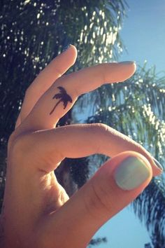 Mini-tattoo palmtree | The latest trends & a bunch of inspiring travel tattoos