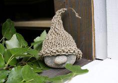 Tervalta tuoksuva saunatonttu kutsuu kylpijää pehmeisiin löylyihin. Katso Meidän Mökin ohje ja tee kivistä hauska saunatonttu vaikka mökille!