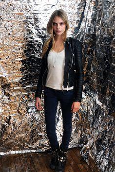 Cara Delevingne diva. Jaqueta de couro preta maravilhosa, blusa branca (B não tem erro), colar longo prata, calça jeans skinning azul marinho sem lavagem e bota preta com tiras de couro com detalhes metálicos. Onde e quando usar? À noite de preferência em barzinhos ou os famosos pubs ingleses.