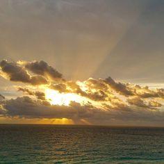 Otro amanecer maravilloso ahora de despedida de este fantástico lugar Cancún  #sunset #sunrise #sun #sunsetporn #pretty #beautiful #red #orange #sky #skyporn #cloudporn #nature #clouds #horizon #photooftheday #instagood #primeshots #gorgeous #warm #view #night #sunrays #morning #silhouette #instasky #all_sunsets #loves_mexico  #ig_mexico
