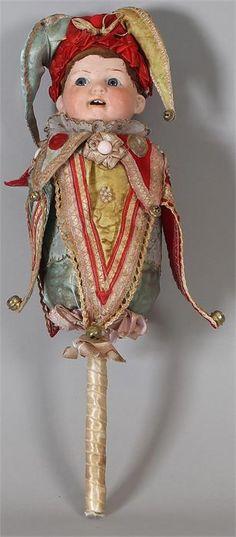 Antieke rammelaar pop met porseleinen kop en harlekijn kleding omstreeks 1930 2 tanden vaste ogen heubach koppelsdorf 300 II 34cm Cond:G