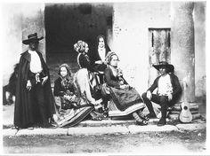 Traje de boda en Lagartera (Oropesa), Toledo, hacia 1858. Albúmina sobre papel fotográfico.  Charles Clifford.