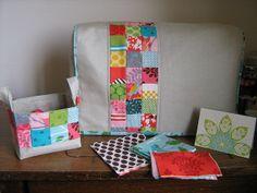 En el cuarto de la costura... Funda para la máquina de coser, cestitos multiusos...