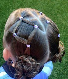 Có con gái thật là tuyệt, mẹ sẽ được trổ tài khéo léo của mình để tết cho con những kiểu tóc siêu xinh như thế này...