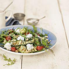 Courgette-linten of courgette noodles zijn populair en erg geschikt als vervanger van pasta. Heb jij ze al eens gemaakt?In dit recept hebben we courgette-linten gebruikt en ze even gegrild, zodat de subtiele smaak van courgette nog beter tot zijn recht komt. Deze salade is zowel geschikt als lunch of als avondeten, voeg lekker stuk brood toe en smullen maar!