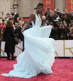 """""""Este vestido me recuerda a las burbujas del champagne. Es de Prada y pude contribuir a diseñarlo. El color es azul por el cielo de Nairobi. Crecí rodeada de este azul y al llevar este vestido me siento como en casa"""" Lupita Nyong'o (Oscar 2014)"""