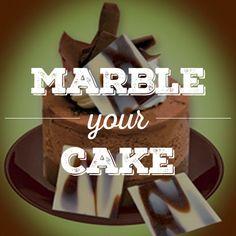 Verpassen Sie ihrem Kuchen eine elegante Marmor-Optik mit diesen Schokoladen-Plättchen.