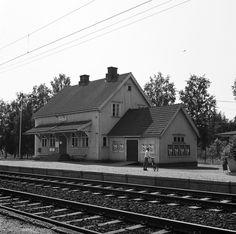 Puistolan rautatieasema.   Hakli Kari 1971   Helsingin kaupunginmuseo   negatiivi, filmi, väri