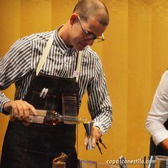 Alberto Pizarro, bartender de Bobby Gin (Barcelona) elaborando un cóctel en el Congreso Internacional de Coctelería Mixology(X)trends Madrid 2015. #CopasConEstilo #Coctelería #Madrid