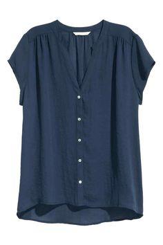 V-Bluse: Bluse aus zartem Webstoff mit Knopfleiste vorn. Modell mit V-Ausschnitt, gerafften Schulternähten und 1/8-Arm. Weite Passform und verlängertes Rückenteil.