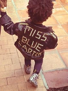 The world cannot get enough of Blue Ivy Carter. Thanks to her superstar parents Beyonce and Jay Z, Blue Ivy Carter… Beyonce 2013, Beyonce Et Jay Z, Beyonce Knowles, Beyonce Beyonce, Blue Ivy Carter, Little Fashionista, Hipsters, Celebrity Kids, Kid Styles