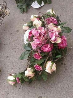 H Grave Flowers, Funeral Flowers, Grave Decorations, Flower Decorations, Large Flower Arrangements, All Souls Day, Funeral Arrangements, Ikebana, Flower Designs