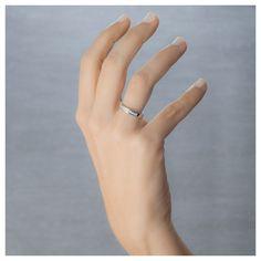 ¿Quién dijo que la alianza no lleva diamantes? Esta alianza de oro blanco con diamantes talla princesa destierra cualquier duda. Referencia 74B0053, 10 diamantes en carril y un total de 0.50 quilates.