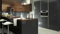 De moderne keuken: stijlvol zwart gecombineerd met warm hout