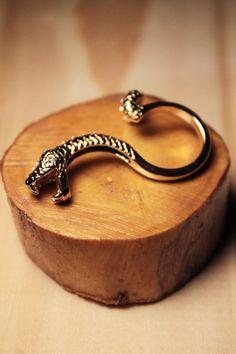 O Anel Serpente Dourado é ideal para dar um toque de sensualidade ao look sofisticado.