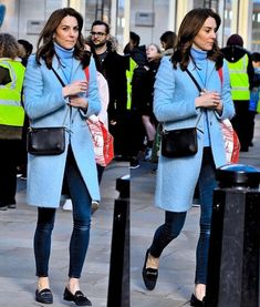 Our lovely Duchess of Cambridge was spotted in London today buying books for her kiddies! She was spotted carrying a bag of books as she… Kate Middleton Look, Kate Middleton Outfits, Princess Kate Middleton, Kate Middleton Prince William, Princess Diana, Kate And Meghan, The Duchess, London Today, Outfits Damen