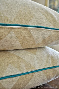 a LO and behold life: DIY pillow cover with piping and zipper