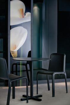 Bold 4750, bază pentru mese de terasă, din fontă vopsită în câmp electrostatic. Grosimea coloanei este de  Ø5 cm, iar talpa de 48x48 cm. Pentru o stabilitate optimă se recomandă montarea unui blat cu dimensiunea de maxim 70x70 sau D85 cm. Culori disponibile: alb, negru, argintiu, gri, maro sau bej. Chair, Furniture, Design, Home Decor, Decoration Home, Room Decor, Home Furnishings, Stool