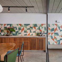 A casa geminada e descolada do escritório CR2 Arquiteturafoi projetada para receber uma das sócias do escritório,a arquiteta Cecilia Reichstul, e sua família.A partir de um terreno em declive e …