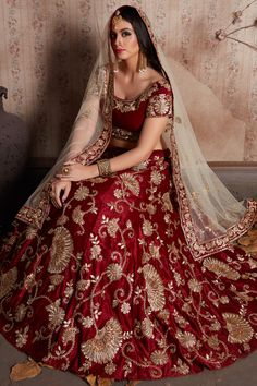 Topping the list of traditional lehengas are the gorgeous bridal zari lehengas. Check out these dazzling zari lehenga designs for all wedding ceremonies. Indian Bridal Outfits, Indian Bridal Lehenga, Pakistani Bridal Wear, Pakistani Dresses, Red Lehenga, Indian Dresses, Bollywood Bridal, Anarkali, Costumes