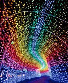 Necesitaremos tela negra, cartulinas de colores neones y luz negra. Los niños recortarán estrellas, planetas, cohetes, lunas, etc en las cartulinas neones. Las pegaremos en la tela negra creando el espacio, el universo. Colocaremos la tela negra en una pared o en el techo, apagamos la luz y encendemos la luz negra. Los planetas, estrellas, satelites y demás figuras brillarán en el espacio.