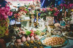 Festa de 15 anos de Letícia Peceto: decoração inspirada em Alice no País das Maravilhas - Constance Zahn   15 anos