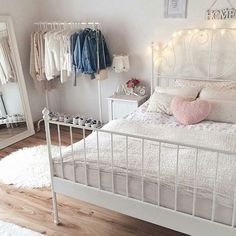 Girl Room Decor Ideas - How do I make my room trendy? Girl Room Decor Ideas - How can I make my room pretty? Tumblr Bedroom, Tumblr Rooms, Cool Teen Bedrooms, Girls Bedroom, Ikea Bedroom, Bedroom Decor, Bedroom Ideas, Cama Vintage, Teen Decor