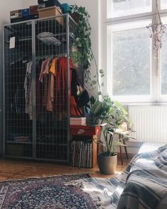 room decor diy Zimmereinrichtung Improvised wardrobe with gray metal cage inside a room for girls Aesthetic Bedroom, Deco Design, Home And Deco, Dream Rooms, My New Room, House Rooms, Dorm Room, Diy Home Decor, Decor Ideas