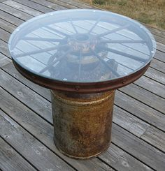 Make a fountain from a wagon wheel?Milk can & wagon wheel. My small dining room table is a wagon wheel w/ wood slates in-between. I would do the milk can version outdoors. Western Decor, Country Decor, Rustic Decor, Western Crafts, Rustic Style, Table Cafe, Dining Room Table, Patio Table, Wood Table