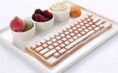 Le moule à gaufres « Keyboard » est disponible ! Vous travaillez toute la journée sur ordinateur, votre clavier est l'un vos meilleurs amis ? Alors le clavier gaufre est faite pour vous. The Keyboard Waffle Iron va vous permettre de vous préparer un méga petit déjeuner (ou goûter). Après un grand succès durant sa campagne kickstarter, cet objet est maintenant réalité, il est vendu 85 dollars et 95 dollars en version collector. Miam. thekeyboardwaffleiron.com