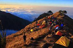 Tidak ada sore yang lebih cantik dibanding di Plawangan Sembalun dan tidak ada pagi yang lebih cantik di banding di Gunung Prau. Ada yang setuju?  #mountanesia #nature #landscape #sunset #pendakiindonesia #exploregunung #instagunung_ by dolanmburiomah