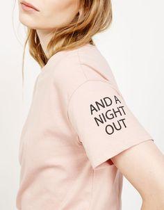 Camiseta estampada en cuello y mangas - Camisetas - Bershka España