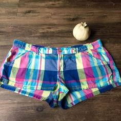 "Hollister Co multicolor plaid shorts These multi colored plaid shorts are so comfy and adorable! The measurements are 18"" waist 8"" rise 1"" inseam. Made of cotton elastin so they are lightweight and stretchy. size 11 stretch Hollister Shorts"