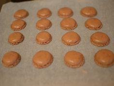 Macarons cu ciocolata - Macarons se racesc pe hartia de copt Macarons, Sweets Recipes, Diet And Nutrition, Muffin, Breakfast, Christmas, Food, Morning Coffee, Xmas