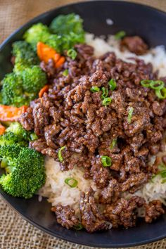 Ground Mongolian Beef with a sweet and spicy sauce that is crispy and tender wit. Ground Mongolian Beef with a sweet and spicy sauce that is crispy and tender without having to buy steak and it& done in 20 minutes. Ground Beef And Broccoli, Healthy Ground Beef, Ground Beef Recipes Easy, Giada De Laurentiis, Recipes With Beef And Rice, Boeuf Mongol, Asian Recipes, Mexican Food Recipes, Easy Recipes