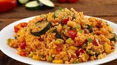 Wer Couscous mag , wird dieses Gericht lieben. Die Kombination aus Zucchini, bunten Paprika, Frühlingszwiebeln und Tomaten ist schnell zubereitet und passt perfekt in die vegane Küche.