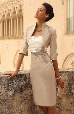 Es un vestido blanco y cremo. Puedo vestir para una fiesta. Me gusta porque queda apretado.