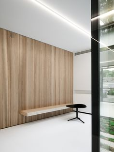 Functional Office Building Pays Special Attention to Sustainability Techniques - Home Revolution Interior Cladding, Interior Architecture, Hotel Interiors, Office Interiors, Wooden Panelling, Timber Slats, Plafond Design, Office Walls, Office Interior Design