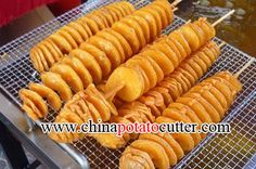Chinese Street Food Potato Tornado On A Stick How To Slice Hasselback Potatoes spiral potato Potato Slicer Machine, Potato Chips Machine, Spiral Potato Cutter, Potato Chip Cutter, Spiral Cutter, Twist Potato, Potato Chips Homemade, Tornado Potato, Hairstyles
