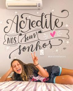 A imagem pode conter: 1 pessoa, sentado e texto Lettering Tutorial, Silhouette Cameo Tutorials, Chalk Lettering, Learn Calligraphy, Posca, Letter Wall, Planner Pages, Corporate Gifts, Room Decor Bedroom