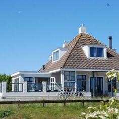 Vakantiehuis  53°Noord: Het stijlvolle 12-persoons vakantiehuis 53°Noord ligt op een unieke locatie! In de duinen en op maar 150 meter van het strand…